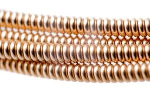 Close-up di palla fine di bronzo stringa di chitarra acustica su sfondo bianco