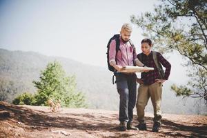 giovane coppia di turisti escursioni a una montagna foto