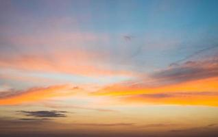 bellissimo paesaggio naturale con tramonto sul mare foto
