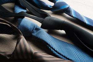 cravatte di seta al collo su uno sfondo di legno foto