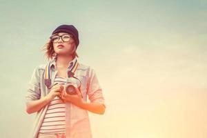 fotografo di giovane donna utilizzando una fotocamera foto