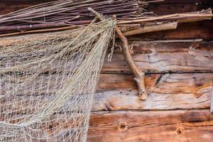 rete da pesca sulla parete in legno