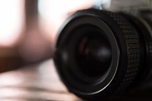 fotocamera a pellicola vintage sul tavolo di legno foto