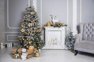 soggiorno decorato con albero di natale, regali e decorazioni natalizie