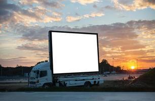 cartellone bianco sulla macchina al tramonto del crepuscolo foto