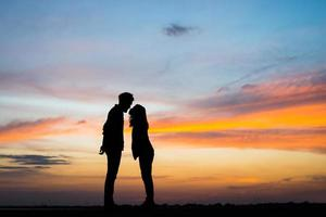 silhouette di una giovane coppia insieme durante il tramonto