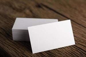 biglietto da visita bianco vuoto su fondo di legno foto