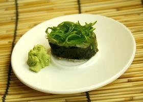 rotolo di sushi verde foto