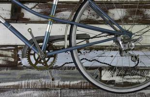 bicicletta antica sulla parete