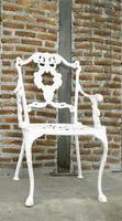 sedia bianca contro mattoni foto