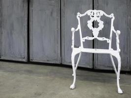 sedia da esterno bianca foto