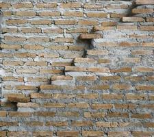 vecchio muro di mattoni con crack foto