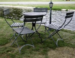 tavolo e sedie vicino al lago foto