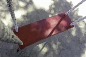vecchia altalena in legno rosso