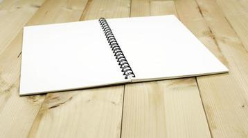 taccuino in bianco sul tavolo foto