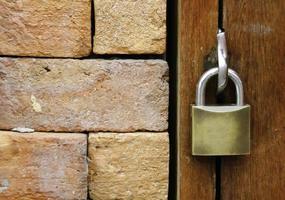 serratura sulla porta di legno foto