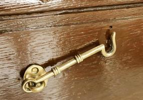 serratura per finestra in metallo ottone foto