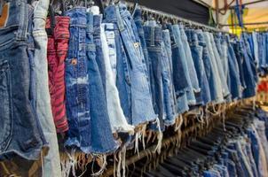 pantaloncini di jeans appesi