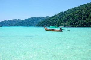 barca dell'isola di surin in thailandia foto