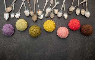cucchiai e palline di gelato colorati foto