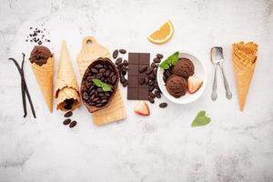 gusti di gelato al cioccolato in ciotola con cioccolato fondente e granella di cacao foto