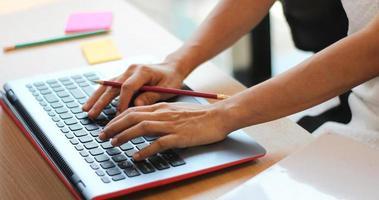 persona che digita su un computer foto