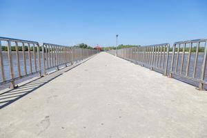 ponte tra la costa e il mare