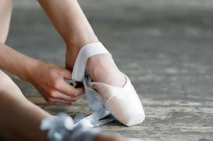 ballerina che toglie le scarpe