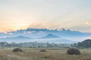 prato e montagne all'alba foto