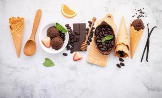 gusti di gelato al cioccolato nella ciotola foto