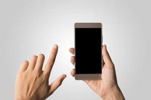 mano della donna che tiene lo schermo vuoto del telefono intelligente foto
