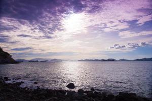 spiaggia e mare la mattina foto
