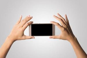 mano che tiene uno smartphone isolato su sfondo bianco foto