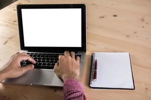 primo piano della mano dell'uomo d'affari che lavora al computer portatile