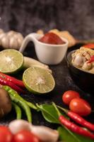 curry fatto con pollo, peperoncino, basilico e pomodoro foto