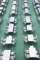 tavoli e sedie su una barca in thailandia foto