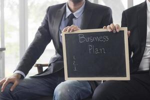 lavagna nera con parole di business plan foto