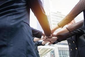 unire le forze e il concetto di squadra di successo, uomo d'affari che unisce le mani insieme