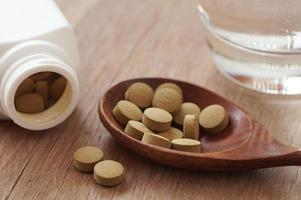 fitoterapia in pillola sul tavolo di legno