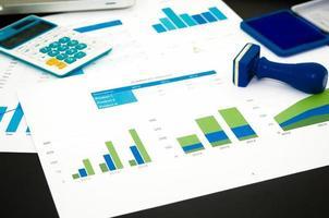 grafici di analisi del grafico sulla scrivania foto