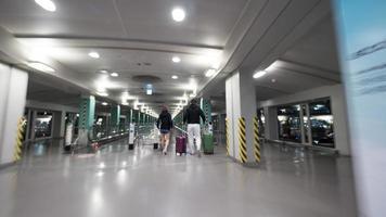 seoul, corea del sud, 2020 - viaggiatori che camminano in aeroporto