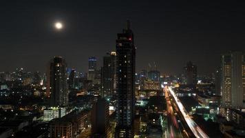paesaggio urbano di Bangkok di notte foto