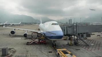 hong kong, 2020 - caricamento di merci su un aereo