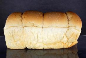 pagnotta di pane sul nero foto