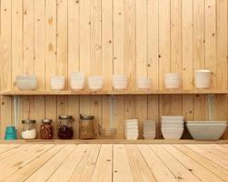 stoviglie su ripiani in legno foto