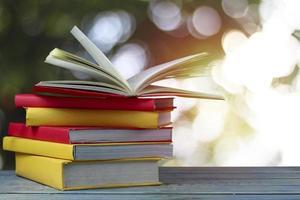 libri sul tavolo in legno con sfondo bokeh di fondo