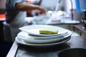 mucchio di piatti e lavandino foto