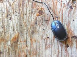 mouse del computer sul tavolo di legno foto