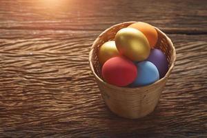 uova di Pasqua in un cestino di vimini