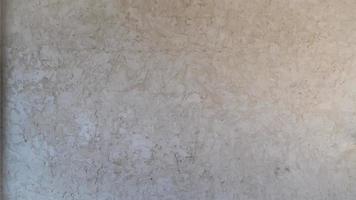 muro bianco con design in marmo